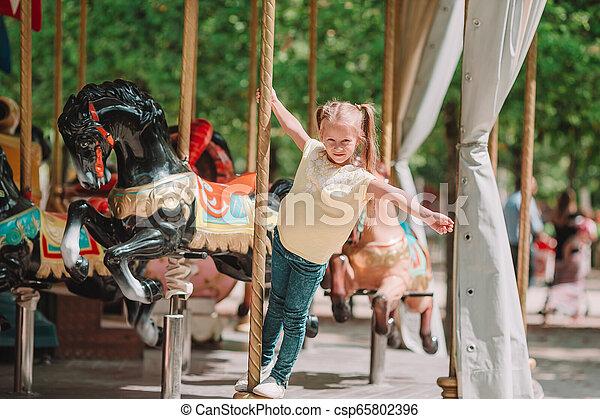 peu, adorable, girl, carrousel, dehors - csp65802396