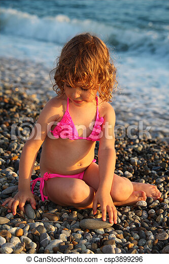 peu, assied, plage, girl - csp3899296