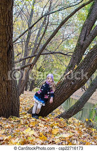peu, automne, parc, automne, dehors, girl, jour - csp22716173