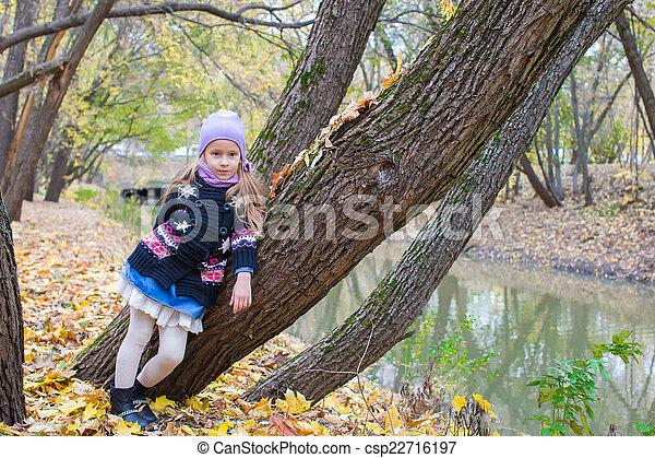 peu, automne, parc, automne, dehors, girl, jour - csp22716197