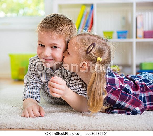 peu, elle, frère, baiser, girl, heureux - csp30635801