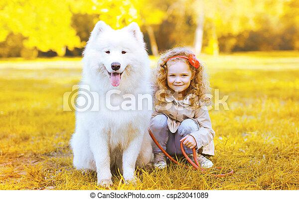 peu, ensoleillé, chien, avoir, automne, amusement, girl, jour, heureux - csp23041089