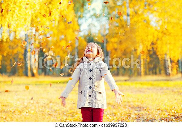 peu, ensoleillé, jaune, jouer, automne, pousse feuilles, enfant, amusement, girl, avoir, jour, heureux - csp39937228