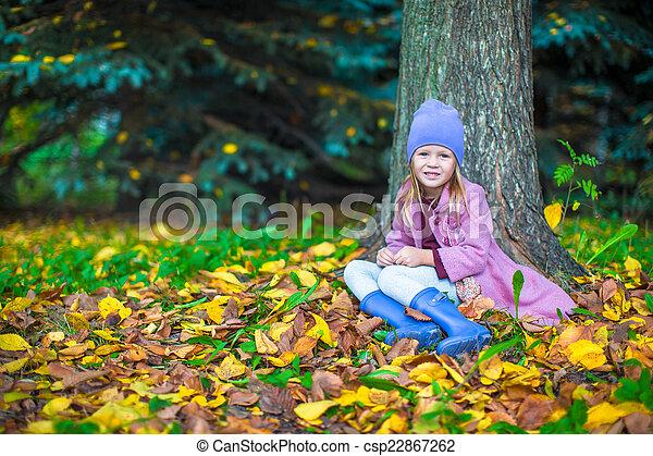 peu, ensoleillé, parc, automne, automne, girl, adorable, jour - csp22867262