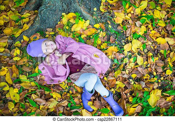 peu, ensoleillé, parc, automne, automne, girl, adorable, jour - csp22867111