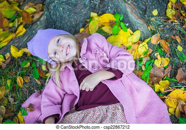 peu, ensoleillé, parc, automne, automne, girl, adorable, jour - csp22867212