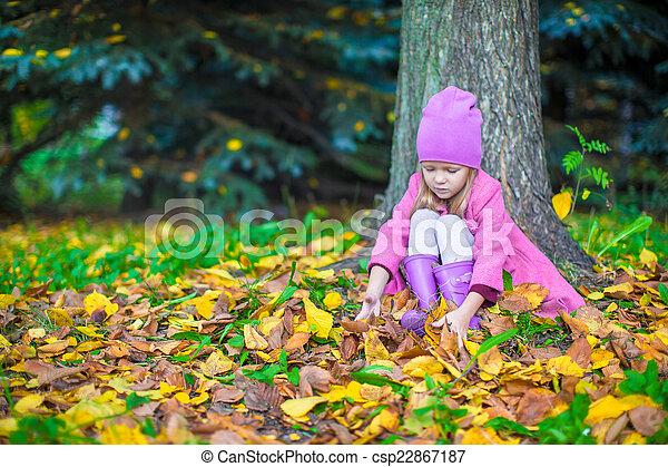 peu, ensoleillé, parc, automne, automne, girl, adorable, jour - csp22867187