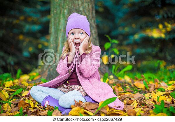 peu, ensoleillé, parc, automne, automne, girl, adorable, jour - csp22867429