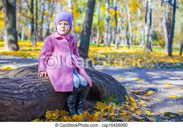 peu, ensoleillé, parc, automne, girl, jour, heureux - csp16426060