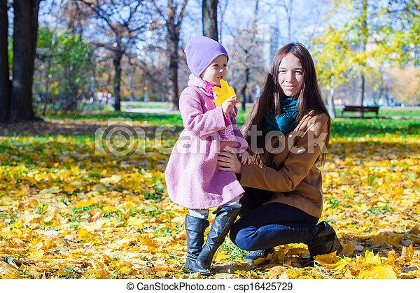 peu, ensoleillé, parc, jeune, automne, mère, girl, adorable, jour - csp16425729