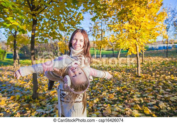 peu, ensoleillé, parc, jeune, avoir, automne, mère, amusement, girl, adorable, jour - csp16426074