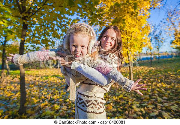 peu, ensoleillé, parc, jeune, avoir, automne, mère, amusement, girl, adorable, jour - csp16426081