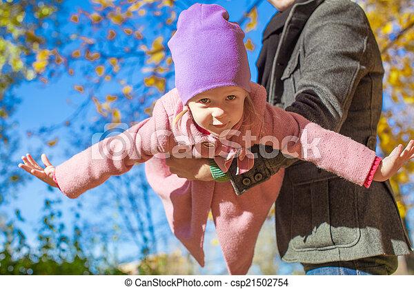 peu, extérieur, père, automne, girl, adorable, heureux - csp21502754