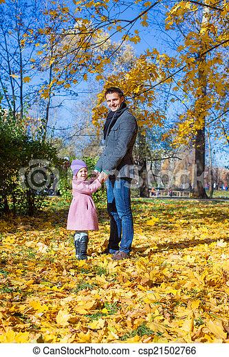 peu, extérieur, père, parc, automne, girl, adorable, heureux - csp21502766