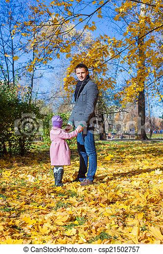 peu, extérieur, père, parc, automne, girl, adorable, heureux - csp21502757