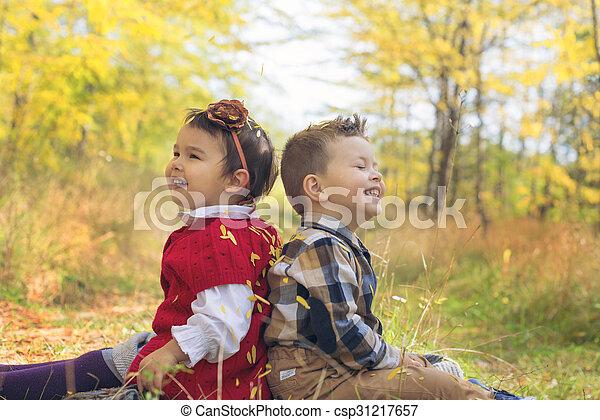 peu, gosses, beauté, séance, feuilles, dos, automne, parc, adorable - csp31217657