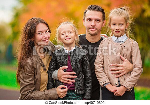 peu, gosses, famille, ensoleillé, parc, jeune, jour automne - csp40719602
