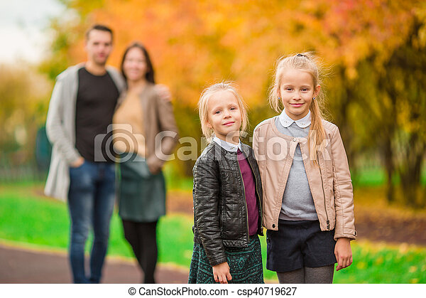 peu, gosses, famille, ensoleillé, parc, jeune, jour automne - csp40719627