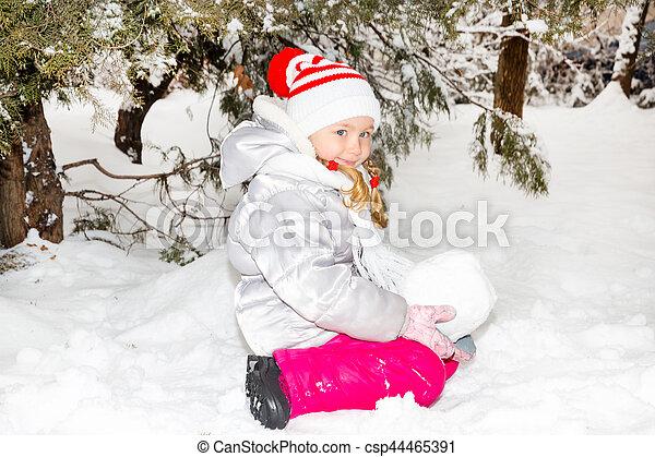 peu, heureusement, ensoleillé, haut, grimacer, hiver, appareil photo, fin, portrait, girl, adorable, jour, heureux - csp44465391