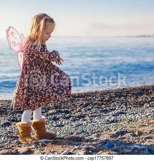 peu, hiver, adorable, jour ensoleillé, amusement, girl, plage, avoir - csp17757897