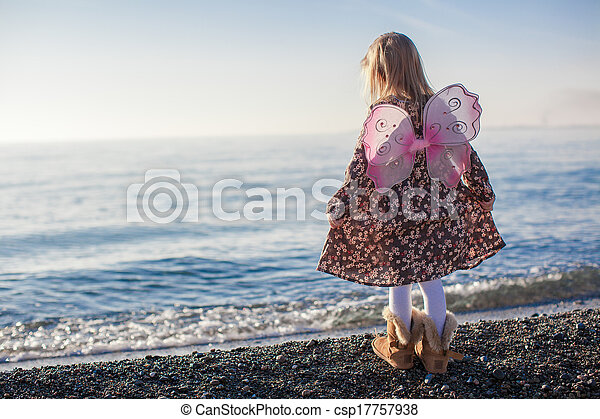 peu, hiver, adorable, jour ensoleillé, amusement, girl, plage, avoir - csp17757938