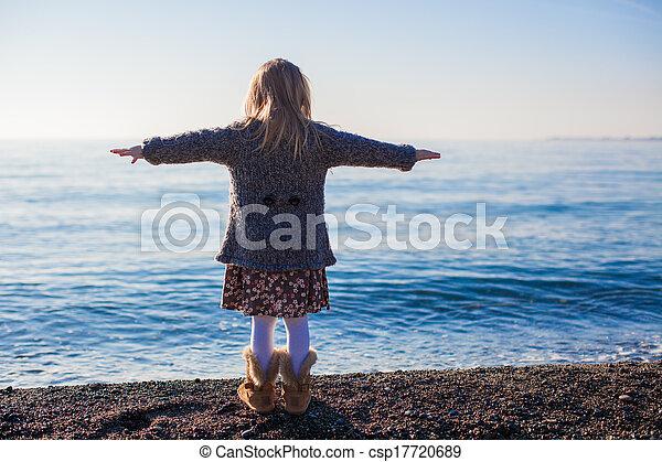 peu, hiver, jour ensoleillé, amusement, girl, plage, avoir, vue postérieure - csp17720689