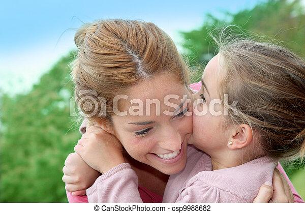peu, maman, elle, donner, baiser, portrait, girl - csp9988682
