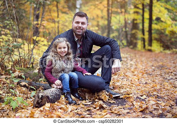 peu, père, parc, automne, dehors, girl, adorable, heureux - csp50282301