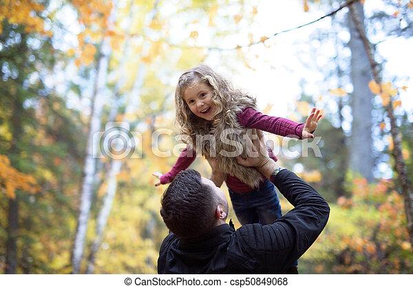 peu, père, parc, automne, dehors, girl, adorable, heureux - csp50849068