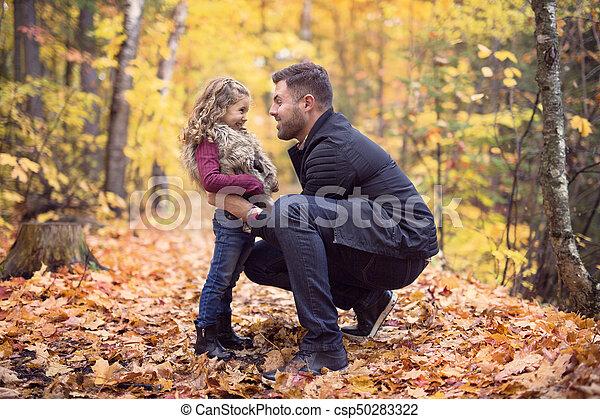 peu, père, parc, automne, dehors, girl, adorable, heureux - csp50283322
