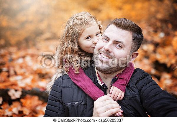 peu, père, parc, automne, dehors, girl, adorable, heureux - csp50283337