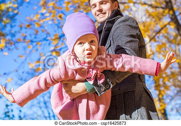 peu, père, parc, avoir, automne, ensoleillé, amusement, girl, adorable, jour, heureux - csp16425873