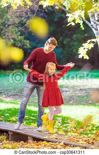 peu, père, parc, avoir, automne, ensoleillé, amusement, girl, adorable, jour, heureux - csp30641311