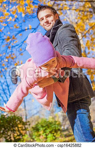 peu, père, parc, avoir, automne, ensoleillé, amusement, girl, adorable, jour, heureux - csp16425882