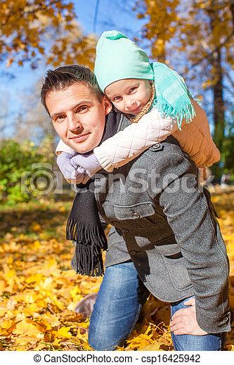 peu, père, parc, avoir, automne, ensoleillé, amusement, girl, adorable, jour, heureux - csp16425942