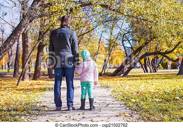 peu, père, parc, marche, automne, ensoleillé, girl, adorable, jour, heureux - csp21502762