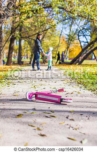 peu, père, parc, marche, automne, ensoleillé, girl, adorable, jour, heureux - csp16426034