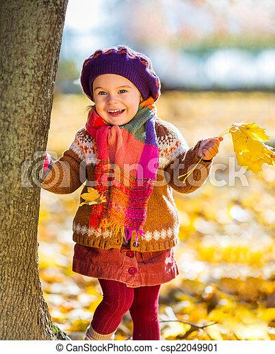peu, parc, automne, girl, jouer, heureux - csp22049901