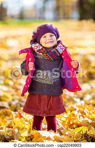 peu, parc, automne, girl, jouer, heureux - csp22049903