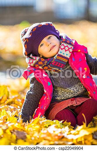 peu, parc, automne, girl, jouer, heureux - csp22049904