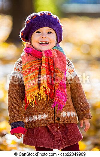 peu, parc, automne, girl, jouer, heureux - csp22049909