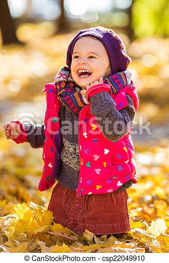 peu, parc, automne, girl, jouer, heureux - csp22049910