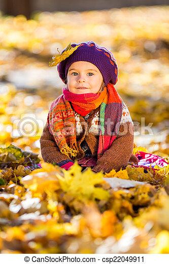 peu, parc, automne, girl, jouer, heureux - csp22049911