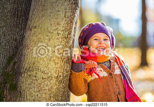 peu, parc, automne, girl, jouer, heureux - csp22211515