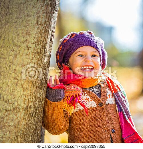 peu, parc, automne, girl, jouer, heureux - csp22093855