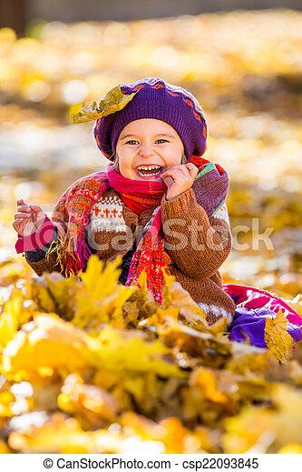 peu, parc, automne, girl, jouer, heureux - csp22093845