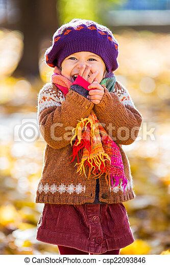 peu, parc, automne, girl, jouer, heureux - csp22093846