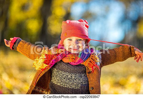 peu, parc, automne, girl, jouer, heureux - csp22093847