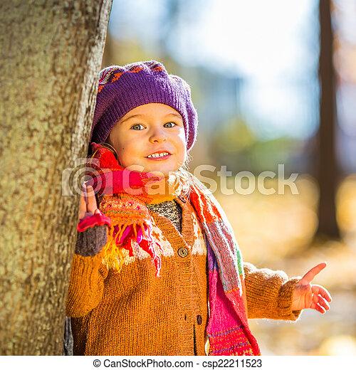 peu, parc, automne, girl, jouer, heureux - csp22211523