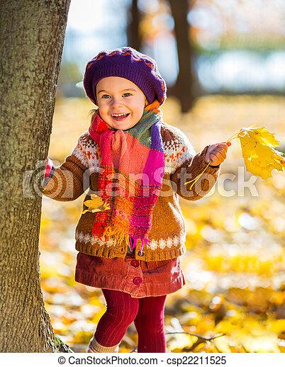 peu, parc, automne, girl, jouer, heureux - csp22211525